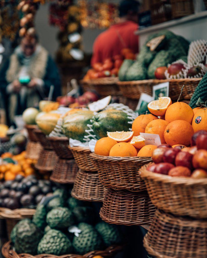 Obst und Gemüse auf dem Markt. In meinem Personal Training gehe ich mit Ihnen in München vor Ort einkaufen und zeige Ihnen eine gesunde Ernährung.
