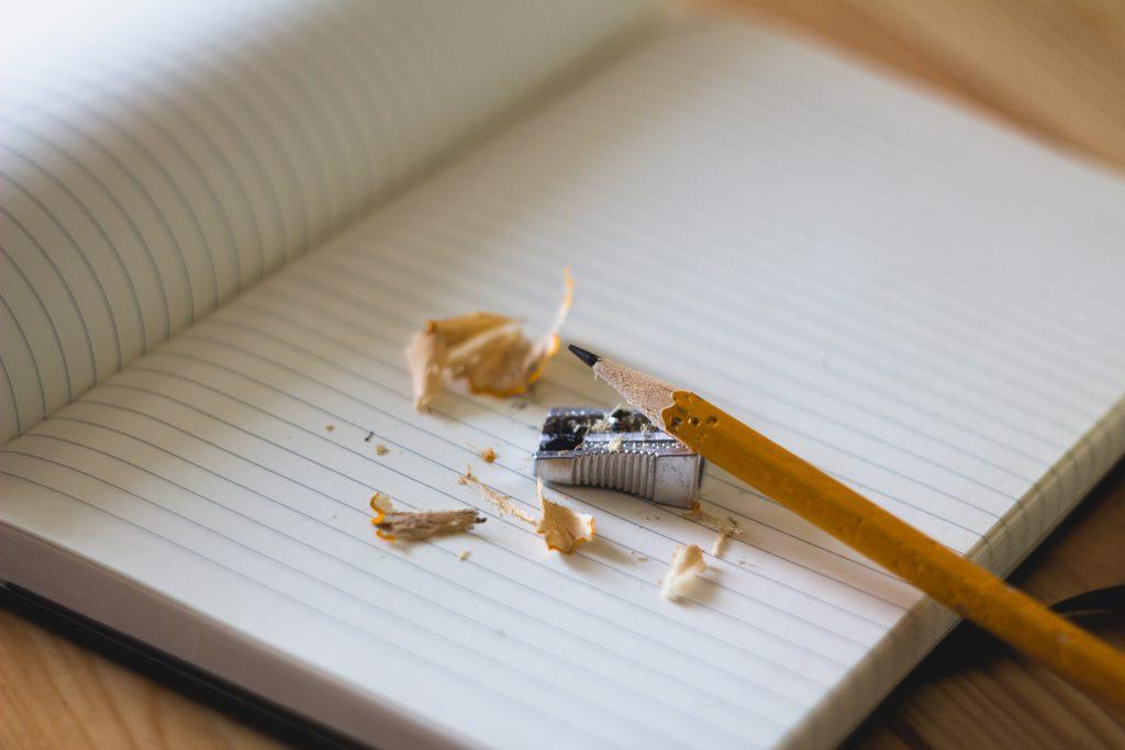 Personal Training Muenchen_Journaling Buch mit gespitzten Bleistift um seine Ziele und sein Warum aufzuschreiben.